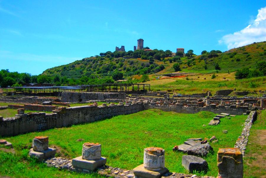 Elea Okulu, Hyele olarak da bilinen ve Romalıların Velia adını verdikleri kentte, Parmenides tarafından kurulmuştur.