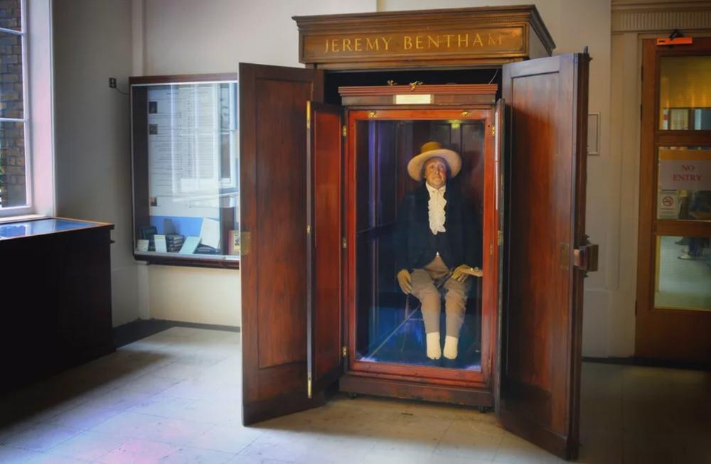Jeremy Bentham'ın University College London'daki heykeli.