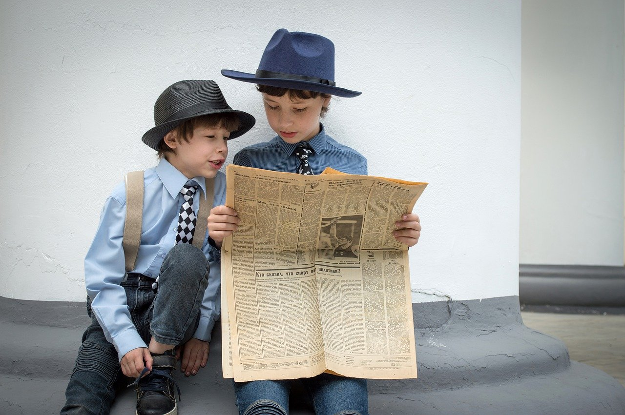 Gazete Okuyan Çocuk