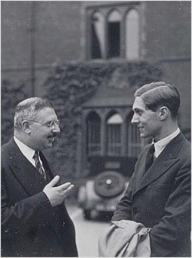Friedrich Waismann (solda) o dönemler öğrencisi olan Olaf Helmer ile Cambridge'de