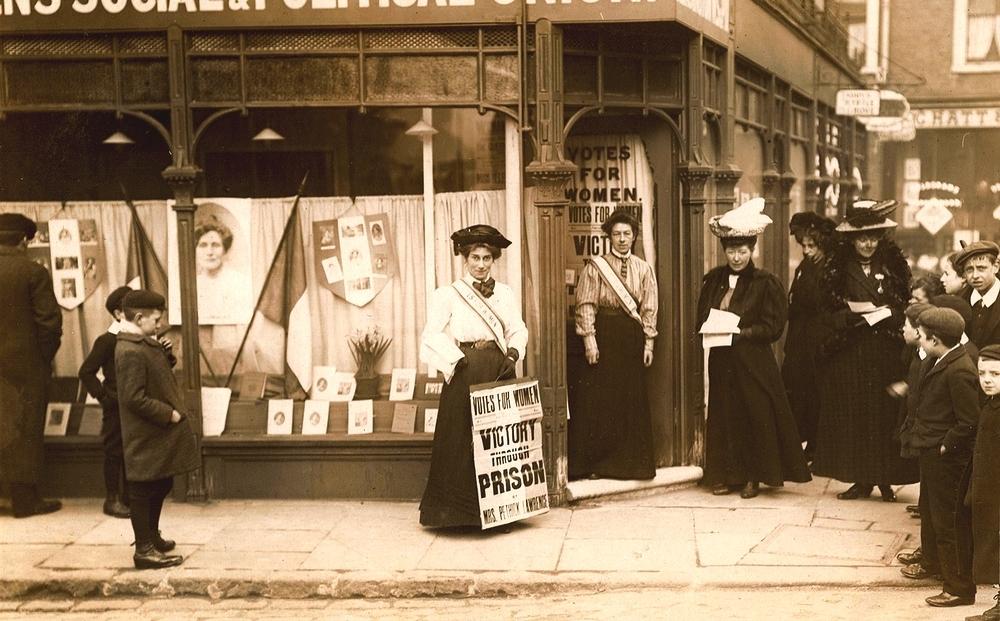 May Sinclair, 1910 senesinde, kadınlara oy hakkı isteyen bir dövizi taşırken. Library of the London School of Economics and Political Science (TWL.2000.70)